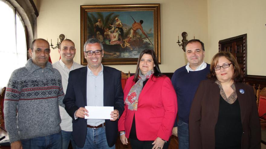 El alcalde de la capital, Sergio Matos; la primera teniente alcalde, Guadalupe González Taño, y la concejal de Bienestar Socia, con una representación de Los Benahoare.