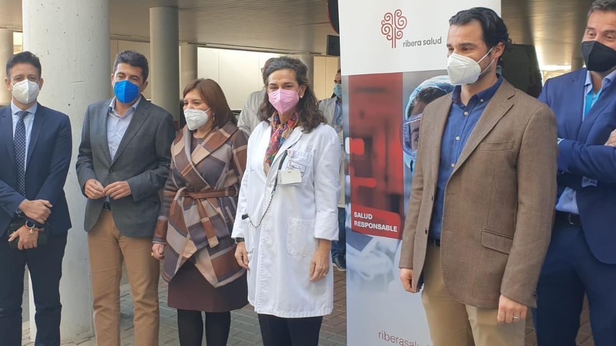 La presidenta del PPCV, Isabel Bonig (tercera por la izquierda), con el resto de responsables populares en el hospital de Torrevieja.