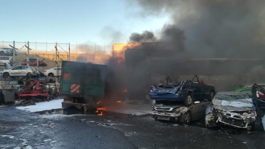 Coches calcinados por el incendio declarado en la Recuperadora de Las Torres.