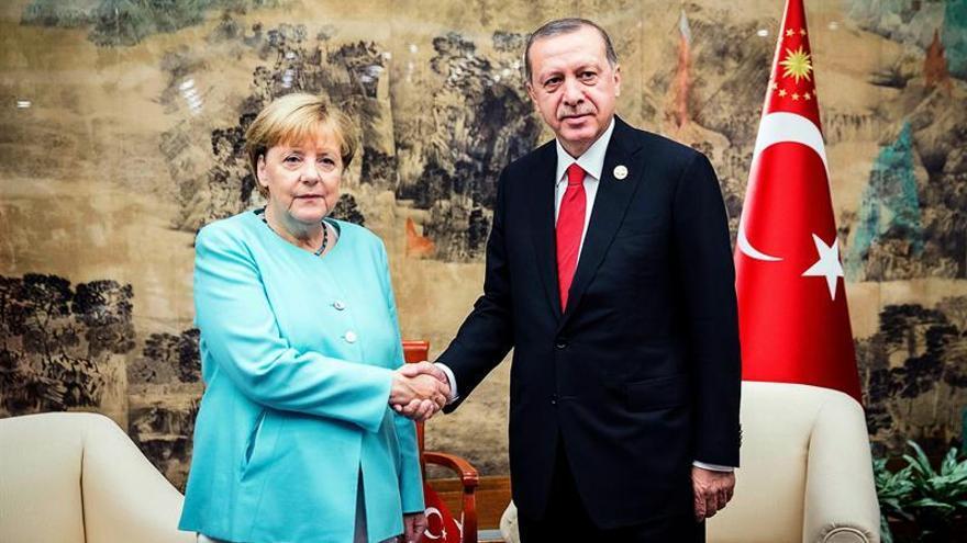 Merkel y Erdogan acercan posiciones en China tras semanas de tensiones