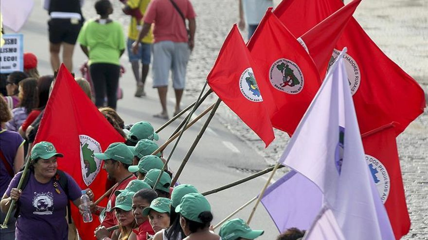 Grupos sociales marchan en apoyo a Rousseff pero contra su política económica