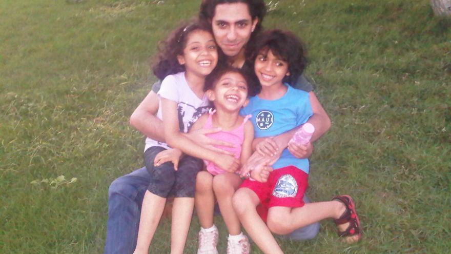 El bloguero Raif Badawi junto a sus hijos. © Particular.