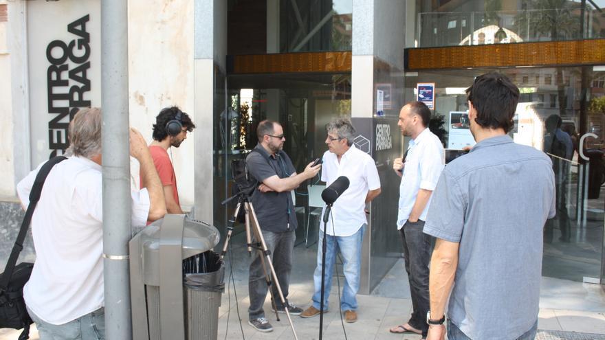 Miembros de la Plataforma Restitución explican a los medios el fallo que declara improcedente el despido de Fuentes como director del CENDEAC