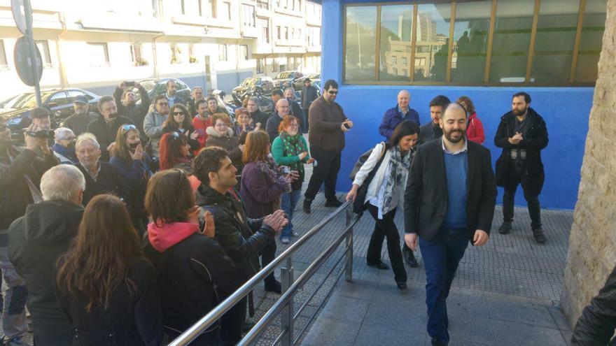 Revuelta entrando a los juzgados apoyado por simpatizantes de Podemos. | R.V.
