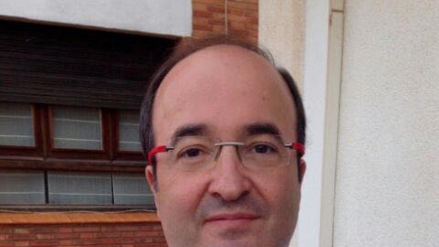 Miquel Iceta posa con una camiseta en la que aparece bailando