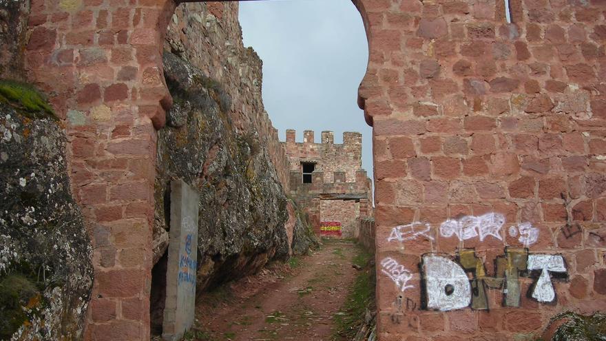 Acceso al castillo de Riba de Santiuste, en la sierra de Guadalajara. Raquel Gamo.