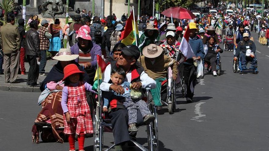 La Policía boliviana reprime a discapacitados con gases y agua en La Paz