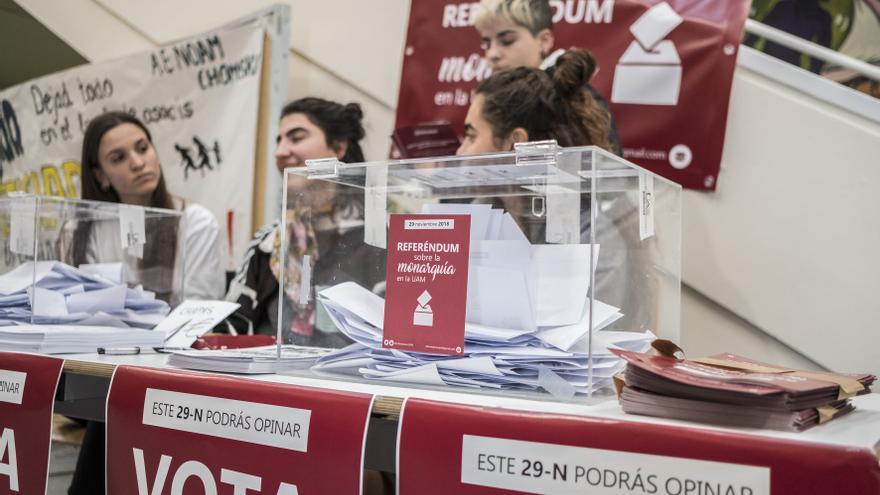 Una de las mesas en las que los estudiantes de la Universidad Autónoma de Madrid pueden votar en su referéndum sobre la monarquía.