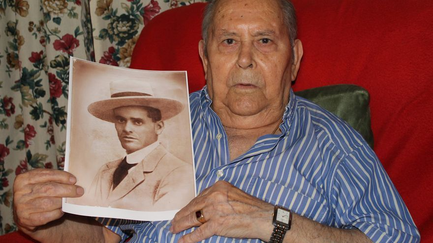 Miguel sostiene la imagen de su padre, Juan Landero. / Juan Miguel Baquero