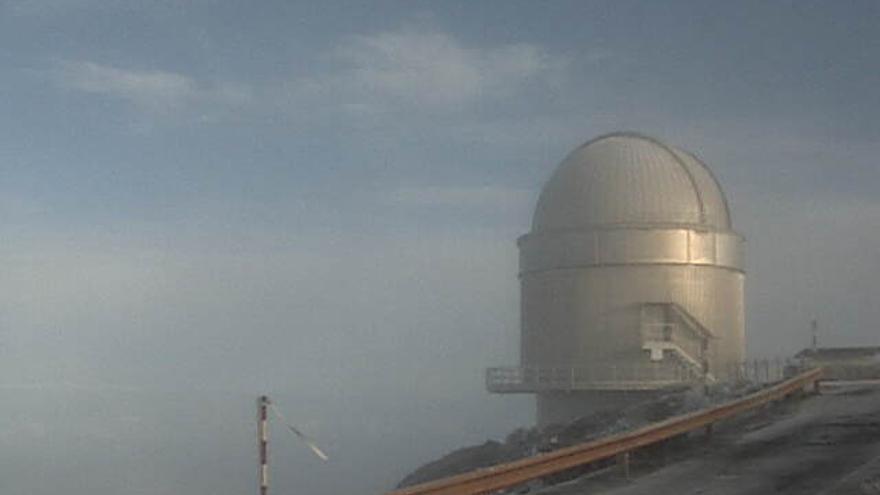 En la imagen, entorno del telescopio NOT, este lunes, cubierto por una fina capa de escarcha. Imagen captada de la webcam del telescopio NOT.