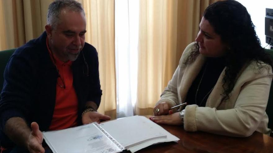 En la imagen, reunión de la portavoz del PP con un asesor sindical de UGT. Foto: PP.