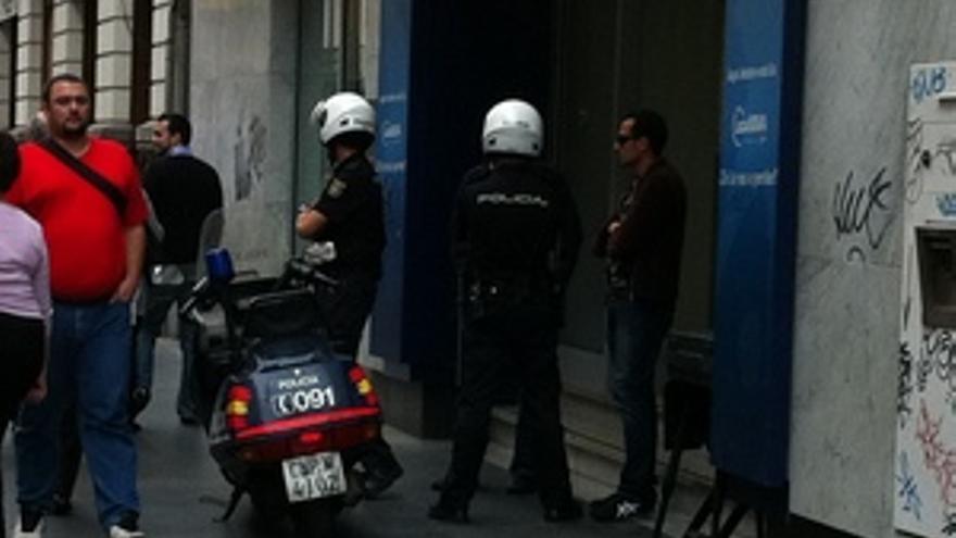 Dos policías hacen guardia en la puerta de la sucursal. (ACN PRESS)