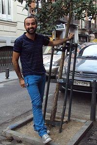 Hugo García, en San Mateo, junto al árbol situado bajo su casa y que, habitualmente, está lleno de bolsas de basura | A. P.
