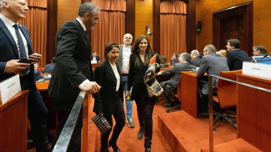 Los diputados de Ciudadanos encabezados por su líder, Lorena Roldán (d), abandonan la reunión de la comisión de investigación.
