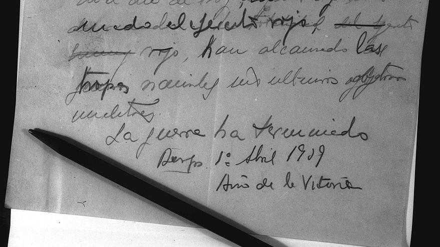 Madrid.-1-4-1939.- Documento escrito a lápiz de puño y letra por el jefe del Estado el dia 1 de abril de 1939. Se trata del borrador y el lápiz con que Franco redactó el parte final de la Guerra Civil española.- (Pie de foto original)