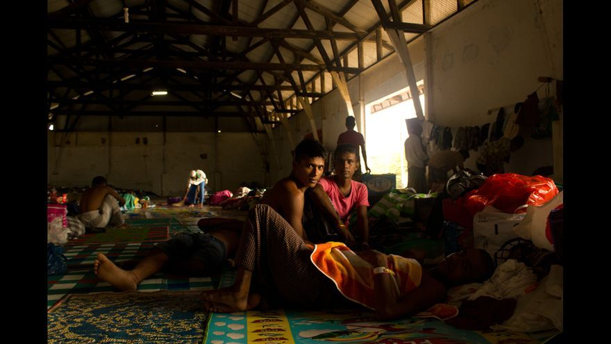 Migrantes bangladesíes en el campo de Kuala Langsa Port, en Aceh (Indonesia). Los rohingyas y bangladesíes del campo viven en pabellones separados, ya que, antes de desembarcar, se produjo una pelea en el barco en el que viajaban en la que se cree que murieron hasta cien personas. © Carlos Sardiña Galache / Yayasan Geutanyoe – A Foundation for Aceh.