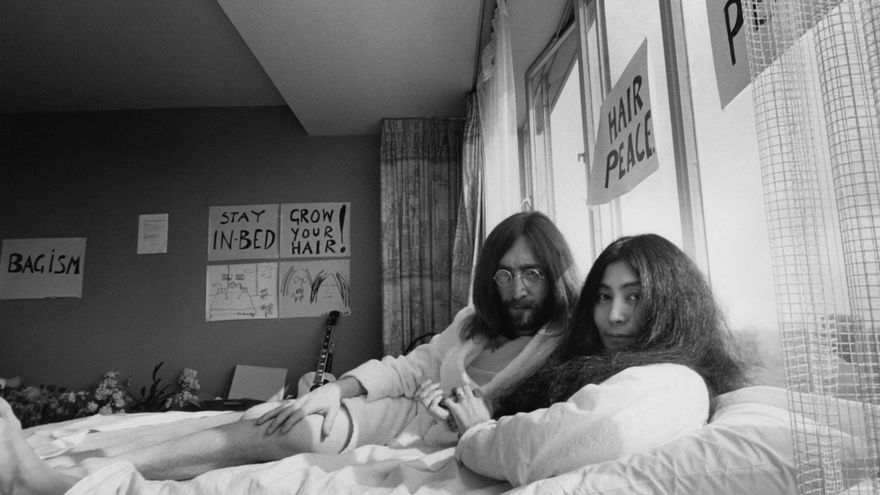 Yoko Ono y John Lennon durante la performance en cama por la paz (Bed-In for Peace) en Hotel Hilton de Ámsterdam, en marzo de 1969 / Yoko Ono/Museo Guggenheim