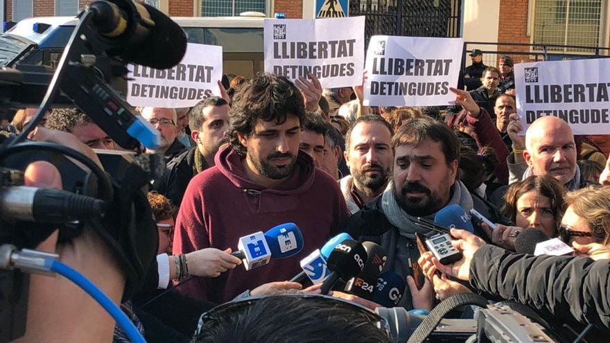 Los alcaldes Ignasi Sabater y Dani Cornellà, a la salida de comisaría