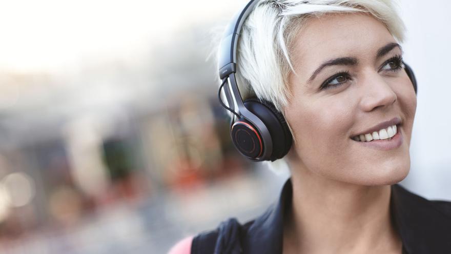 Los auriculares bluetooth te permiten disfrutar de la música con libertad.