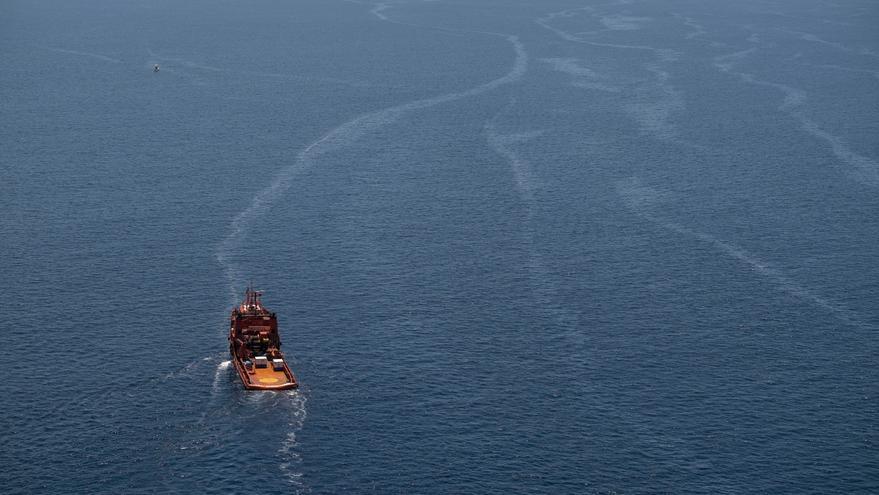 Mancha del 'Oleg Naydenov' en aguas de Canarias (PEDRO ARMESTRE/GREENPEACE)