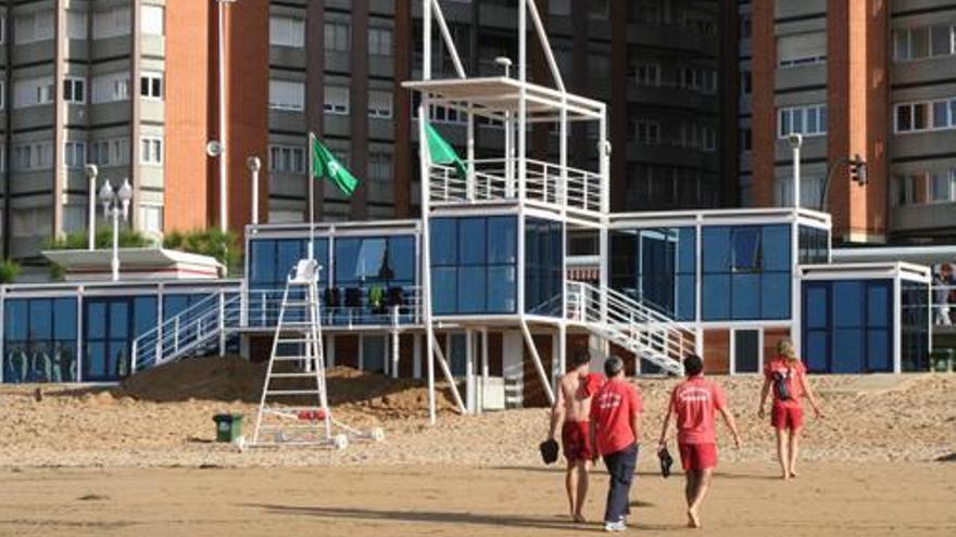 Socorristas en la Playa de San Lorenzo, Gijón / Ayuntamiento de Gijón
