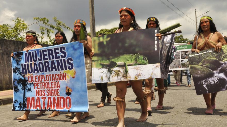 Cientos de mujeres indígenas se reunieron el 8 de marzo en la Amazonia sur de Ecuador para expresar su rechazo al acuerdo alcanzado entre el gobierno de Correa y el consorcio petrolero chino Andes Petroleum.   Imagen cedida a eldiario.es