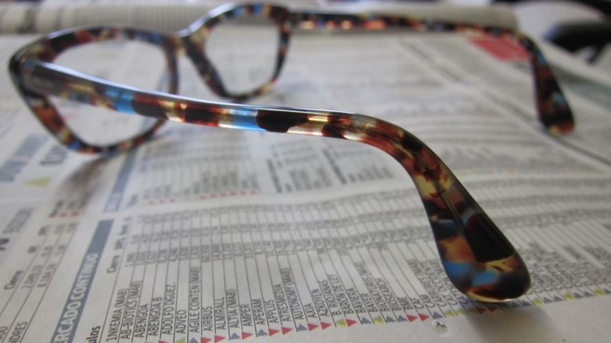 Imagen de unas gafas colocadas sobre un periódico abierto.