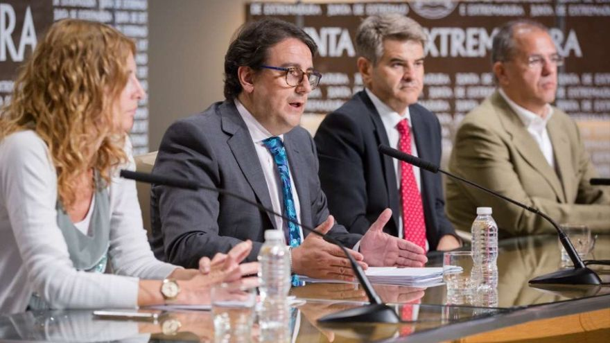 El consejero de Sanidad y Políticas Sociales, José María Vergeles, en rueda de prensa