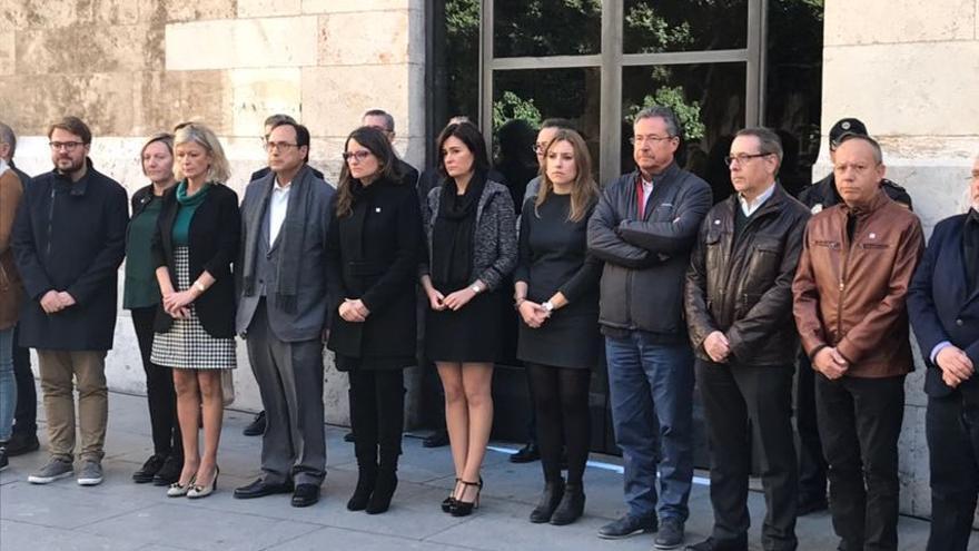 Se ha celebrado un minuto de silencio a las puertas de la Generalitat por el último asesinado machista en Elda