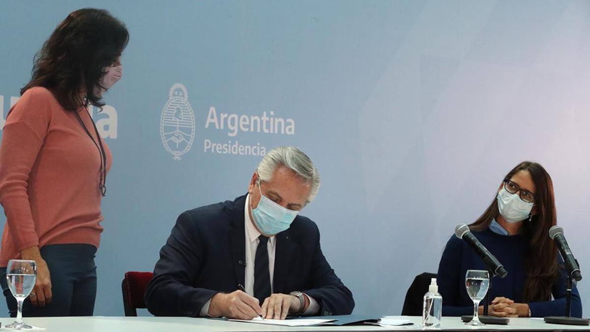 Junto a Vilma Ibarra y Elizabeth Gómez Alcorta, Fernández promulgó una ley que entra en vigencia este jueves.