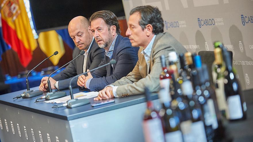 Jesús Morales (derecha), junto al presidente del Cabildo de Tenerife, Carlos Alonso, en una presentación de premios a vinos de la isla