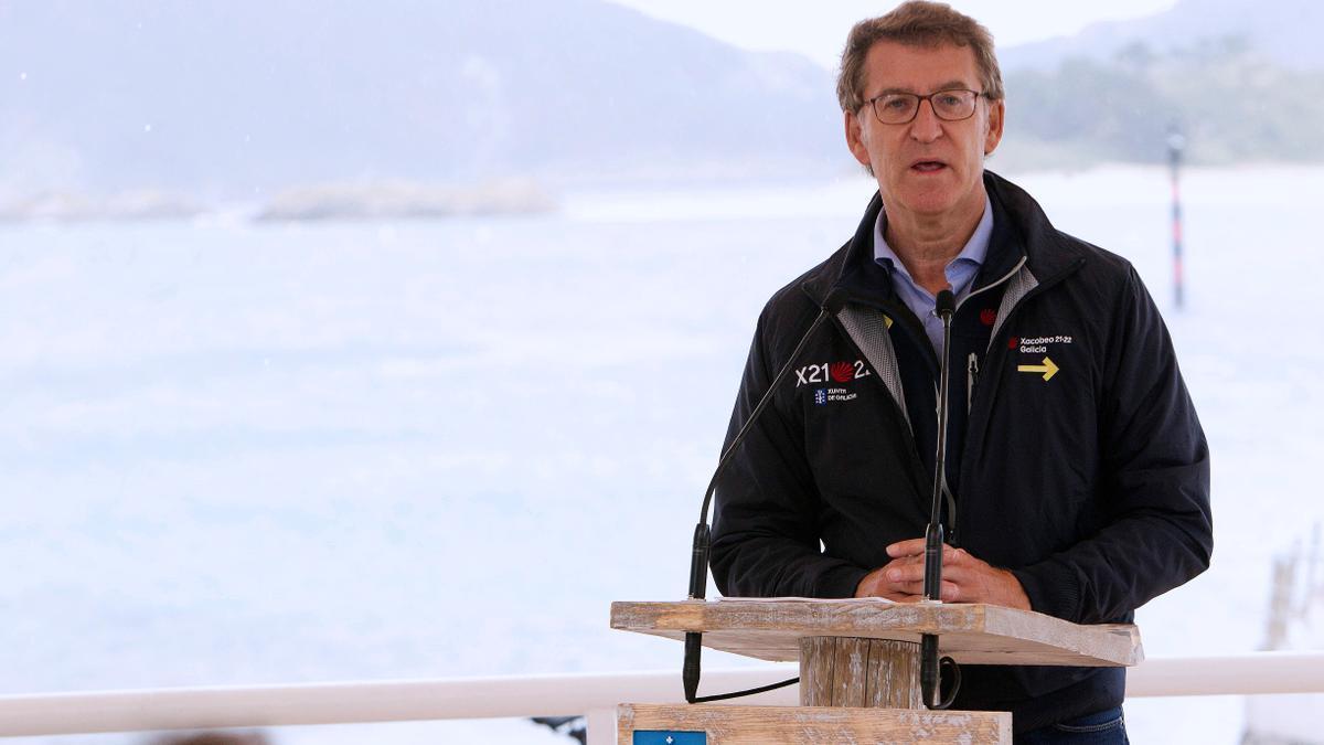 El presidente de la Xunta de Galicia, Alberto Núñez Feijóo, durante el acto de entrega de las banderas azules a las playas en un acto celebrado este viernes en Vigo. EFE/Salvador Sas