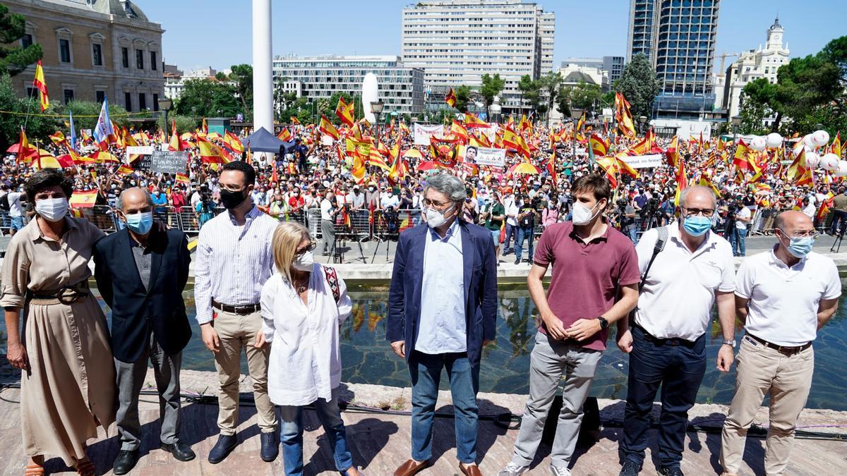 La exdirigente del PP vasco, María San Gil (1i) y la exdiputada Rosa Díez (4i), participan en la concentración contra los indultos a los presos del 'procés' en la Plaza de Colón.