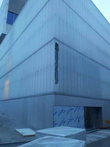 Lama de cristal rota en la fachada del nuevo mercado Barceló | Foto:  Juan Carlos Ruiz