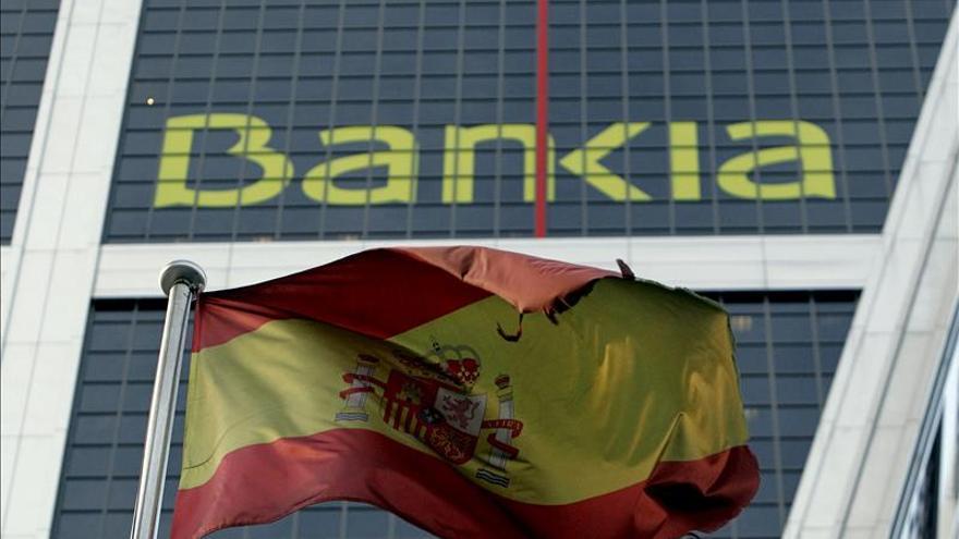 De Guindos dice que hay que emplearse en Bankia y BMN para recuperar las ayudas