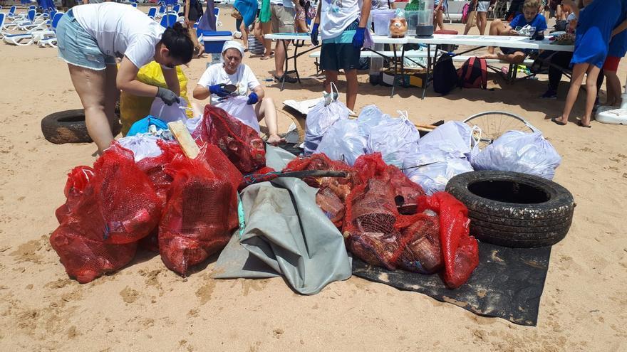 Basura recogida del fondo de la playa de Las Teresitas
