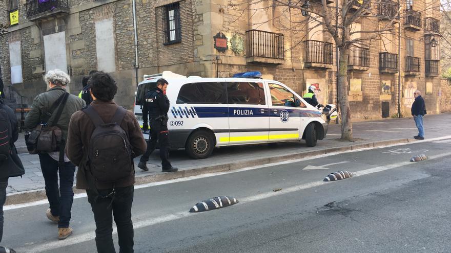 Una patrulla de la Policía de Vitoria, trasladando a una de las personas detenidas