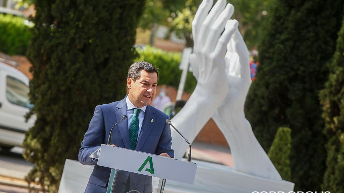 Juanma Moreno en la inauguración de la escultura en homenaje a los sanitarios y trabajadores esenciales.