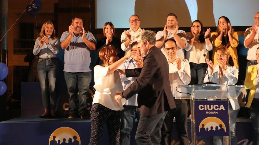 Fernando Clavijo y Onalia Bueno se funden en un abrazo en el acto de campaña de Ciuca de este sábado. (ALEJANDRO RAMOS)