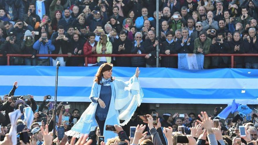 Cristina Fernández aventaja al oficialismo a una semana de las primarias en Argentina