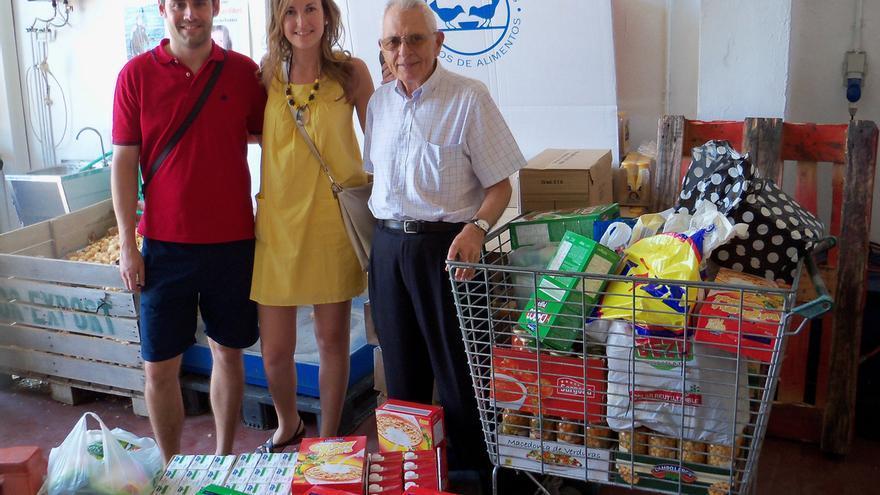 Una de las parejas de novios que han donado parte del presupuesto de su boda al Banco de Alimentos de Córdoba, junto al presidente de la entidad. (Foto. Banco de Alimentos de Córdoba)