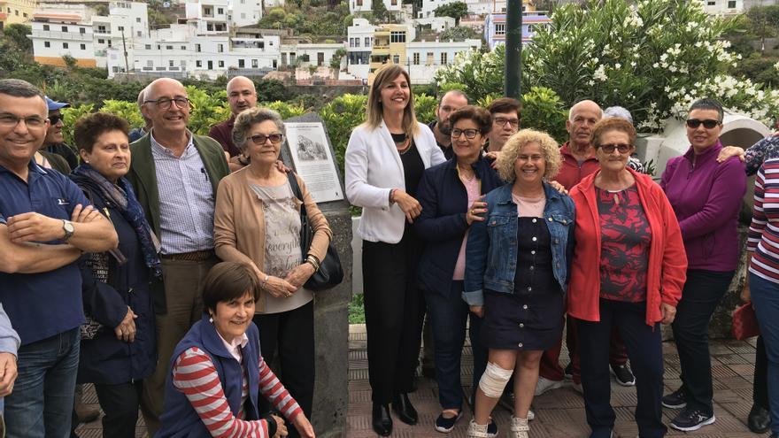 Pedro Suárez, con vecinos de Igueste de San Andrés, en Anaga, asistentes al descubrimiento del monolito de homenaje