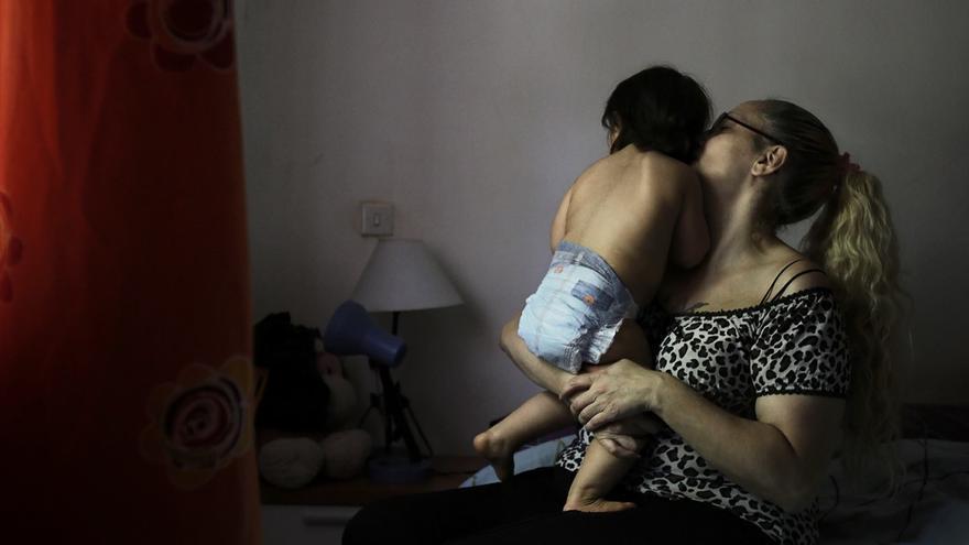 Eva María Valverde relata la situación de pobreza infantil de su hija de 15 meses. /OLMO CALVO
