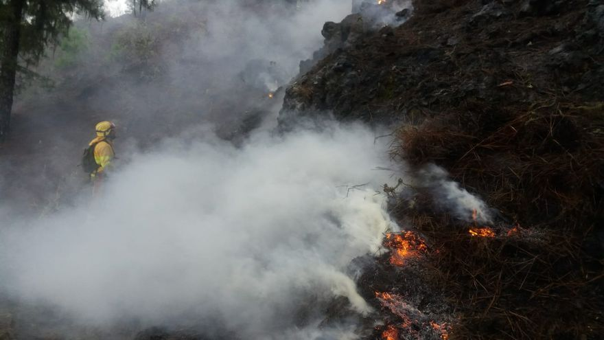 Imagen del fuego provocado por un rayo en la ladera del suroeste de Pico Bejenado