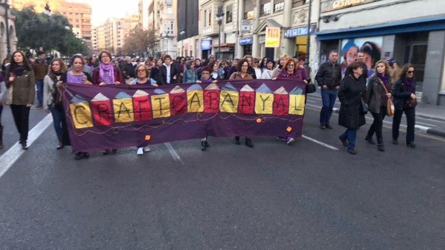 Algunas de las personas participantes en la manifestación del 8M en Valencia