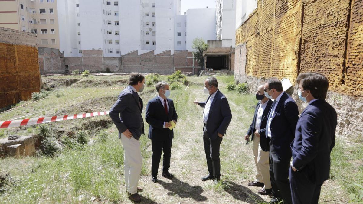Visita al solar donde se construirá el nuevo edificio de viviendas