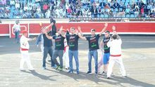 Bomberos y activistas saltan al ruedo en Bilbao para visibilizar el rechazo a la tauromaquia