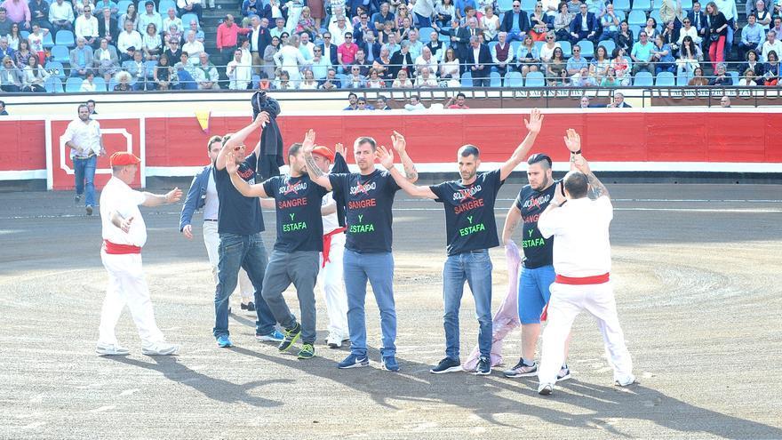 Cinco de los seis activistas nada más saltar al ruedo exhibiendo el mensaje en sus camisetas. Foto: Manuel Fernández Minaya