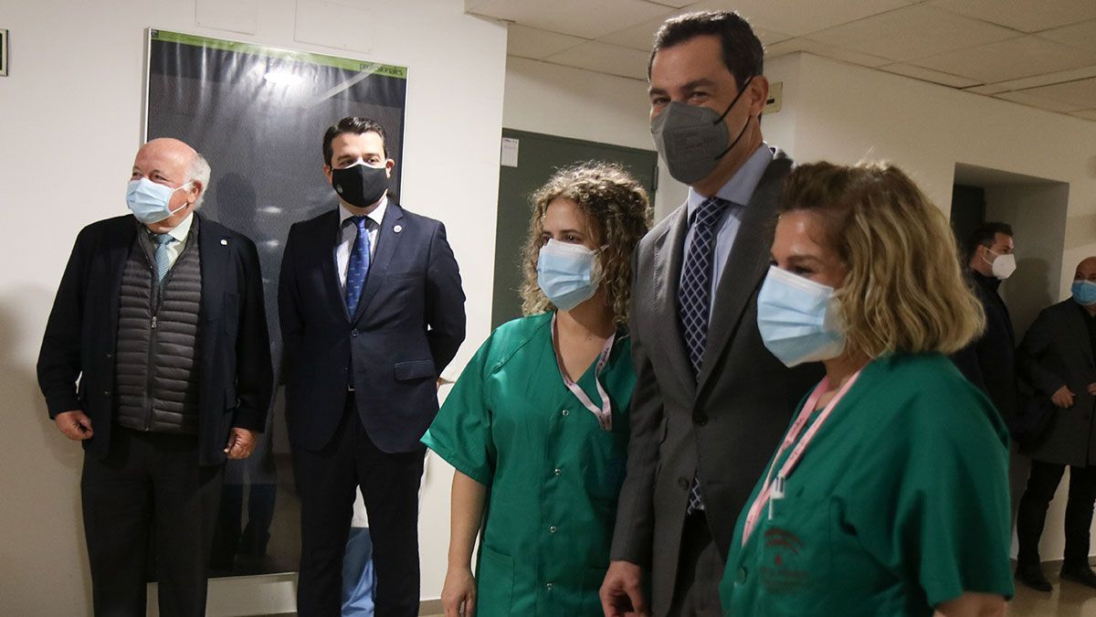 El presidente de la Junta de Andalucía Juanma Moreno en su visita al Hospital Reina Sofía