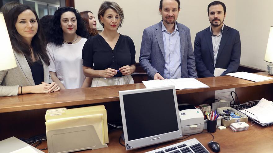 Yolanda Díaz, junto a Pablo Iglesias y Alberto Garzón en el registro del Congreso de los Diputados.